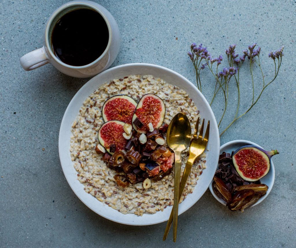 Porridge mit Feigen, Datteln, Nüssen und Schokolodade