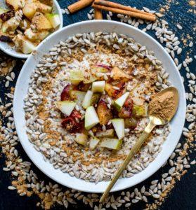 Porridge mit Pflaumen, Birnen und Zimt