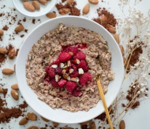 Schoko-Porridge mit Himbeeren und Mandeln