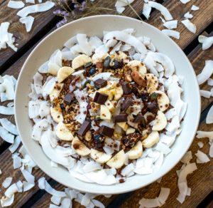 Schoko-Porridge mit Bananen und Granola