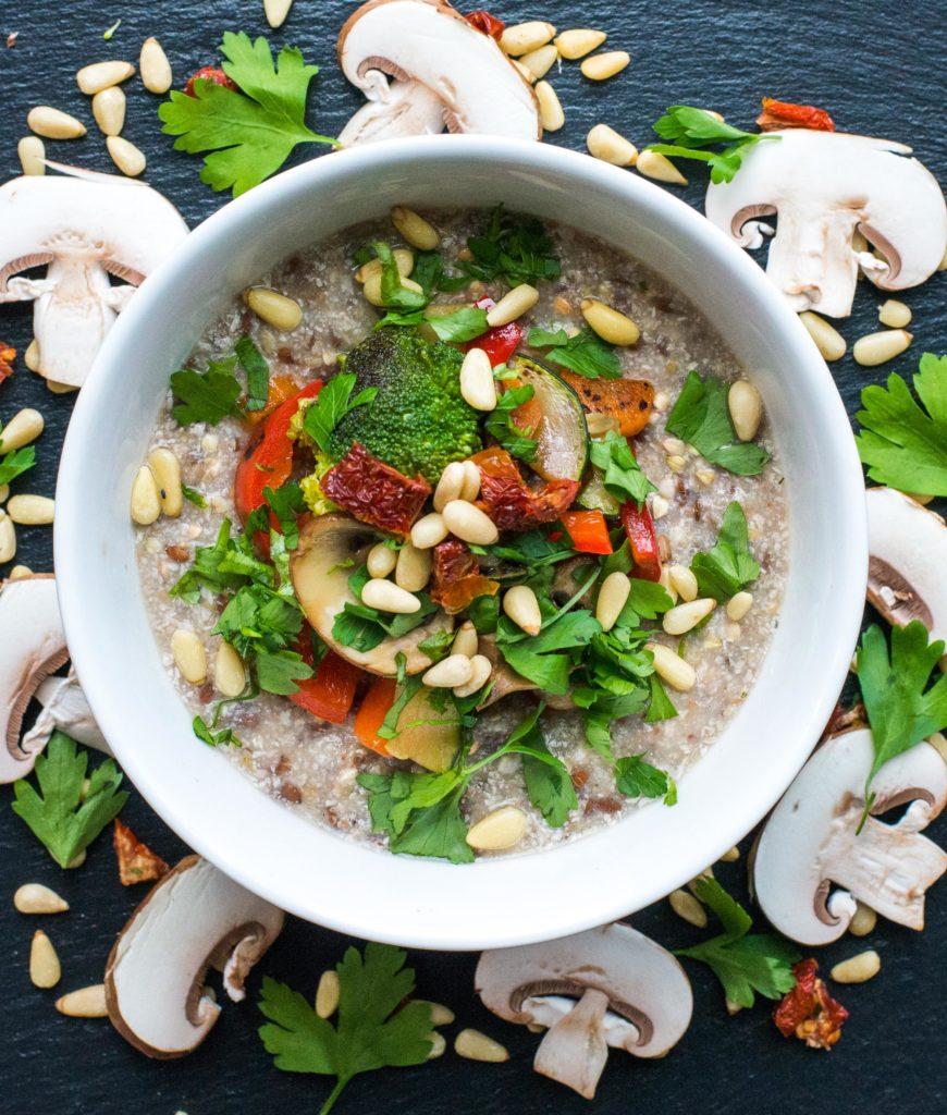 Herzhaftes Porridge mit gegrilltem Gemüse