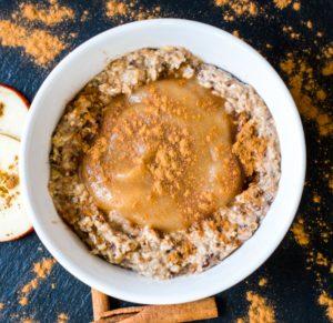 Porridge mit Apfelmus und Zimt